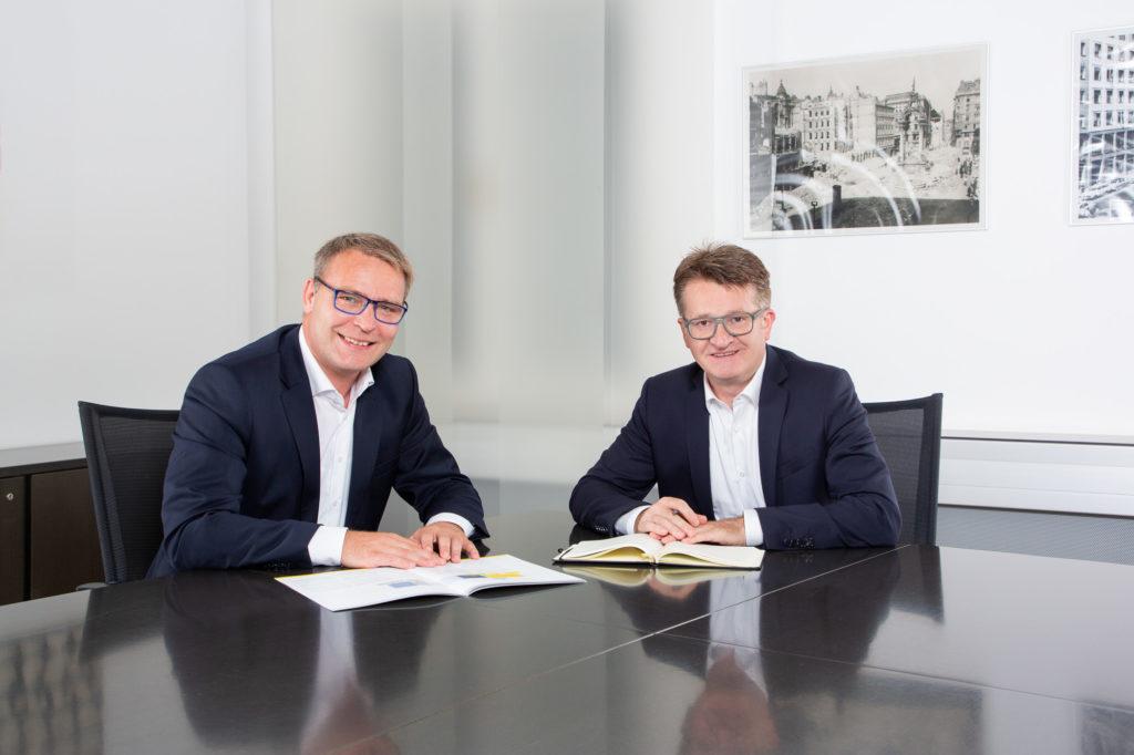 Ein Business Board of Management Teamfoto Foto fotografiert von Simon Kupferschmied Fotografie aus Wien, entstanden bei einem Business-Fotoshooting vor Ort mit Studio Equipment von Profoto und Canon.