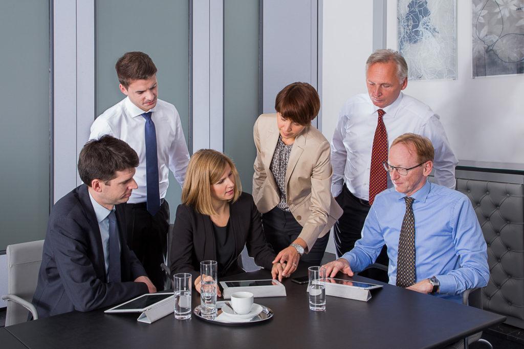 Ein Business Teamfoto Foto fotografiert von Simon Kupferschmied Fotografie aus Wien, entstanden bei einem Business-Fotoshooting vor Ort mit Studio Equipment von Profoto und Canon.