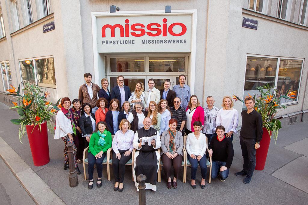 Ein Gruppenfoto von allen Mitarbeitern von Missio Österreich, fotografiert von Simon Kupferschmied Fotografie aus Wien entstanden bei einem Business-Fotoshooting vor Ort mit Equipment von Profoto und Canon.